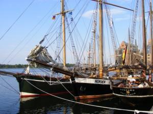 Hanse Sail - drei schöne Mädchen im Päckchen