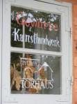 Werbung in antiken Fenstern