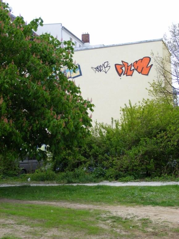 Graffiti - Narrenhände beschmieren Tisch und Wände (1)
