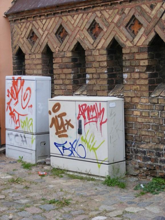 Graffiti - Narrenhände beschmieren Tisch und Wände (3)