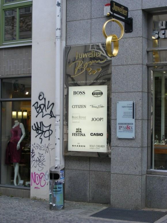 Graffiti - Narrenhände beschmieren Tisch und Wände (4)