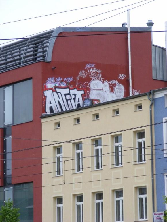 Graffiti - Narrenhände beschmieren Tisch und Wände (6)