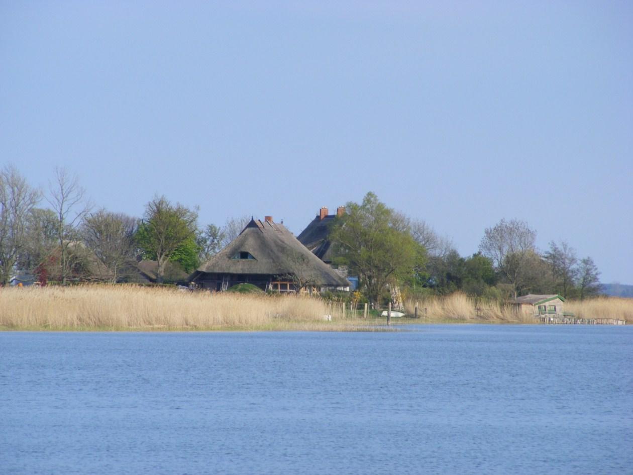 schmucke Häuser im Frühling - Fischland Darß (1)