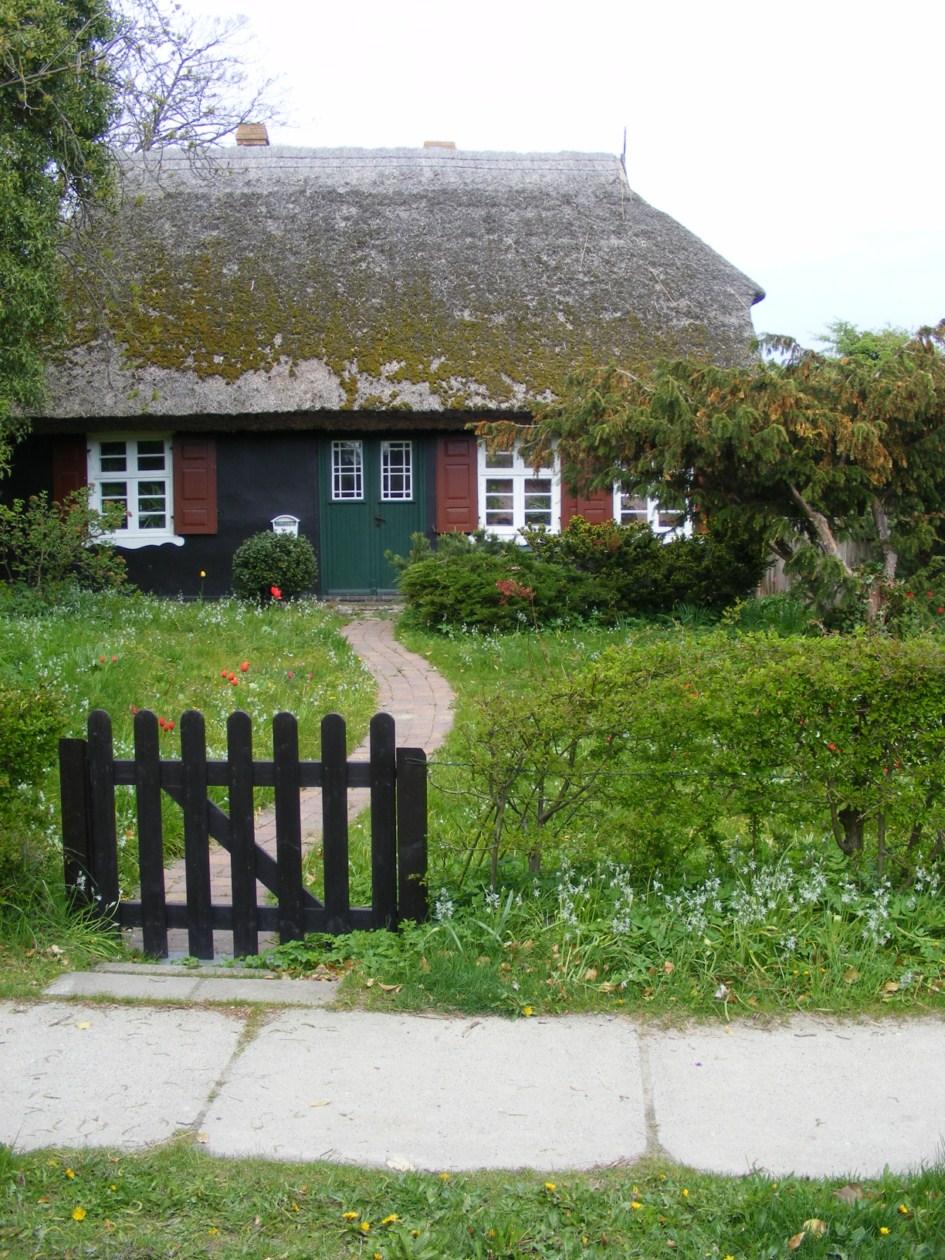 schmucke Häuser im Frühling - Fischland Darß (5)