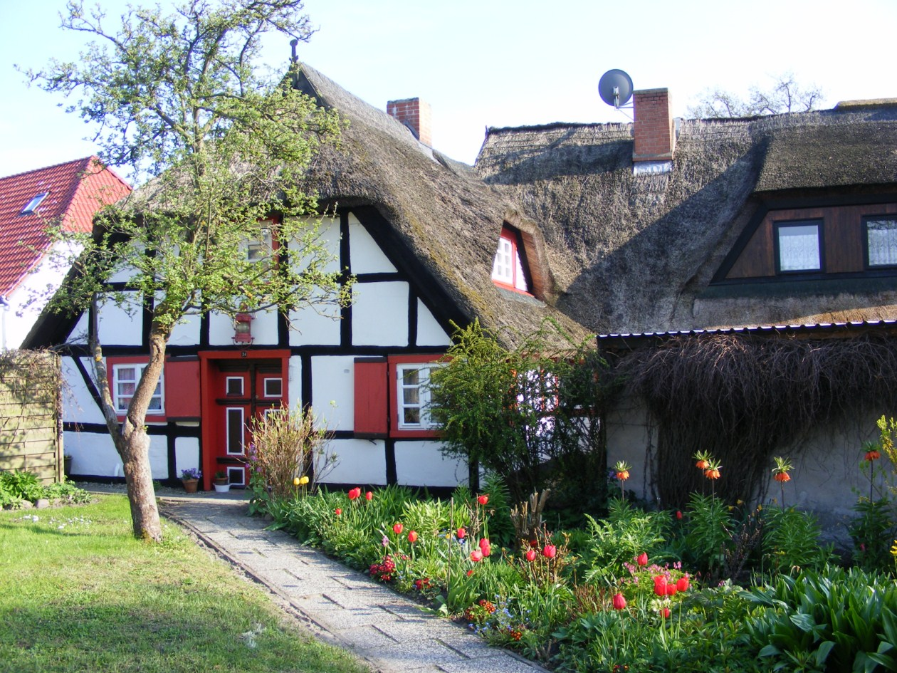 schmucke Häuser im Frühling - Fischland Darß (7)