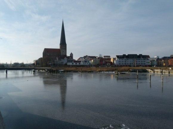 Petrikirche von der Holzhalbinsel aus (c) Frank Koebsch