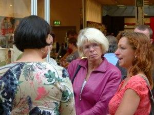 Janine Pupke im Gespräch mit Angelika Gramkow und Frau Marion Bergmann (c) Frank Koebsch