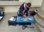 Andreas Mattern malt den Gendarmen Markt (c) FRank Koebsch