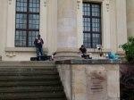 Freiluftmaler suchen Schutz unter den Säulen des Doms (c) FRank Koebsch