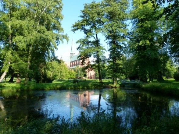 versteckt hinter Bäumen das Doberaner Münster (c) FRank Koebsch 2