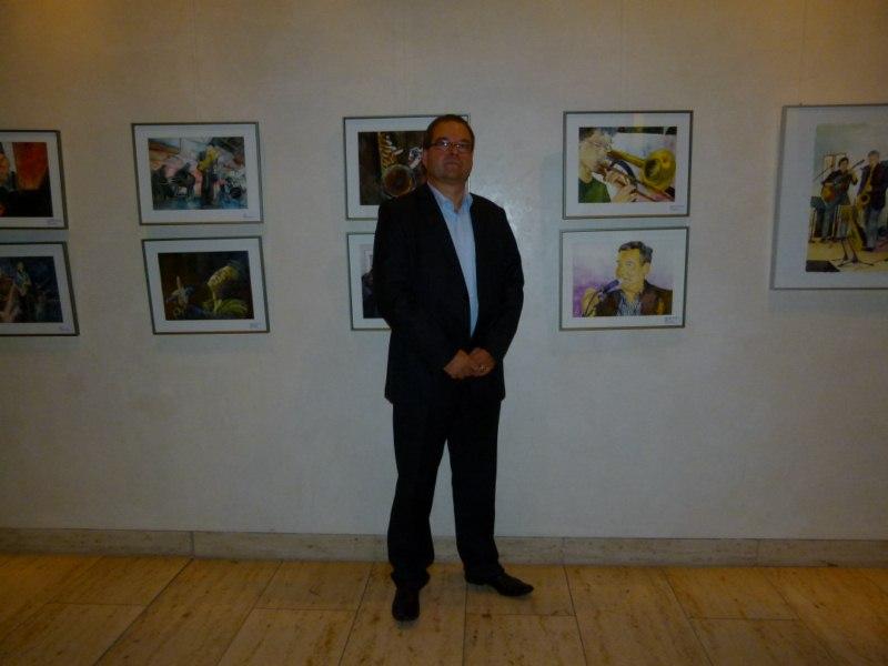 Frank Koebsch vor seinen Jazz Aquarellen (c) Susanne Haun