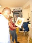 Hanka sucht ein Aquarell in Oskars Atelier aus, Nürnberg 2003