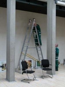 Professionelle Hilfe beim Hängen der Bilder (c) FRank Koebsch