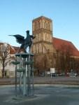 Greif vor der Nikolai Kirche (c) Frank Koebsch