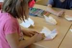 Mit viel Spaß werden die Papierflugzeuge bemalt (c) Christiane Weidner