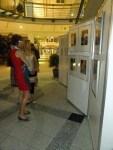 """Interessierte Besucherinnen in unserer Ausstellung """"see more jazz in fine art"""""""