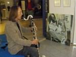 """Jürgen Plato in Zwiegespräch mit dem Trompeter von Conny Stark auf der Eröffnung unserer Ausstellung """"see more jazz in fine art"""""""