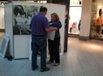 Ulli Schwenn und Frau beim Hängen der Bilder (c) Frank Koebsch (1)