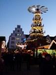 Rostocker Weihnachtsmarkt mit Pyramide (c) Frank Koebsch