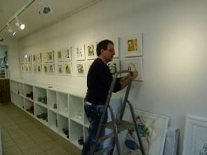Frank Koebsch beim Hängen der Sternzeichen in der Galerie Severina (c) Susanne Haun (1)