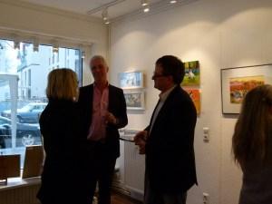 Gespräch zuschen Besucherin, Galerist und Künstler (c) Maike Josupeit