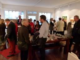 Interessierte Besucher in der Galerie FASZINATION ART (c) Maike Josupeit (2)