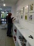 Susanne Haun beim Hängen der Bilder in der Galerie Severina (c) Frank Koebsch