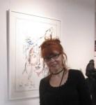 Susanne Haun vor ihrer Sternzeichen Zeichnung in der Galerie Severina