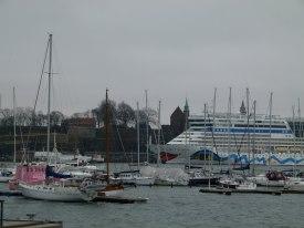 AIDA im Hafen Oslos vor der Festung Akershus (c) Frank Koebsch