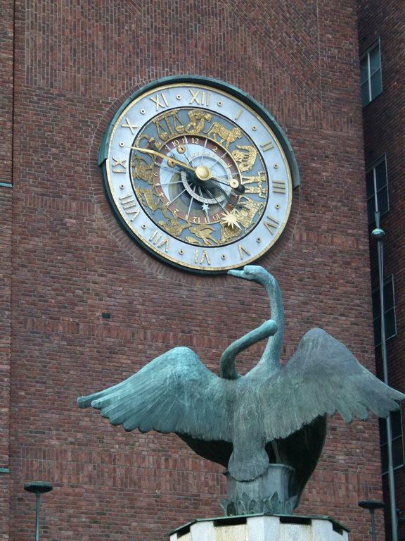 Astronomische Uhr am Rathaus Oslo (c) Frank Koebsch