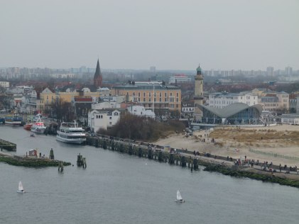 Blick von der AIDA auf den Alten Strom, den Teepott und den Warnemünder Leuchtturm (c) Frank Koebsch