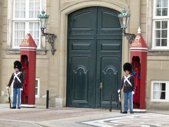 Leibgarde vor dem Schloss Amalienborg (c) Frank Koebsch (2)