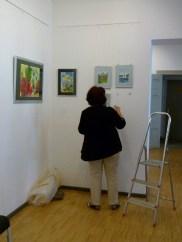 Malschüler beim Hängen der Bilder (c) FRank Koebsch (2)