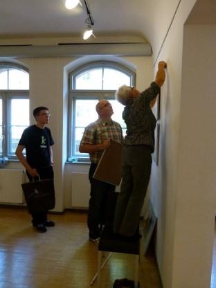 Malschüler beim Hängen der Bilder (c) FRank Koebsch (3)