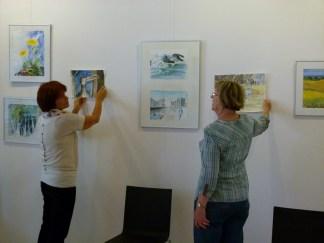 Malschüler beim Hängen der Bilder (c) FRank Koebsch (5)