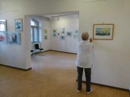 Malschüler beim Hängen der Bilder (c) FRank Koebsch (6)