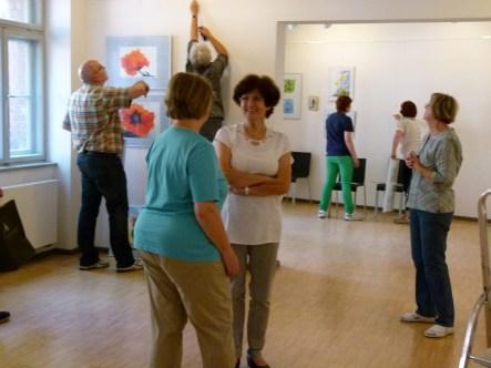 Malschüler beim Hängen der Bilder (c) FRank Koebsch (8)
