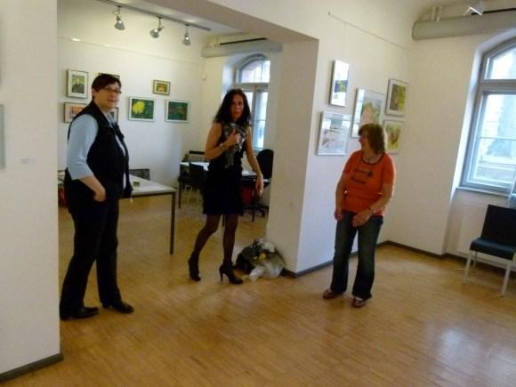 Malschüler beim Hängen der Bilder (c) FRank Koebsch (9)