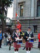 Vancouver - Schottenröcke und Mounti vor der Art Gallery (c) FRank Koebsch (5)