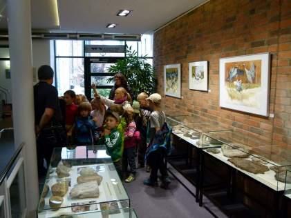 Kinder entdecken die Kraniche von Frank Koebsch im Haus der Stadtwerke