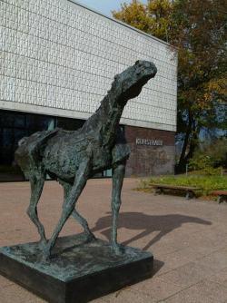Schreiender Hengst von Jo Jastram und die Skulptur Bellevue bei der Kunsthalle Rostock (c) FRank Koebsch (3)