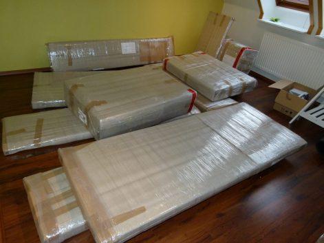 angelieferte Möbel für das Atelier (c) Frank Koebsch