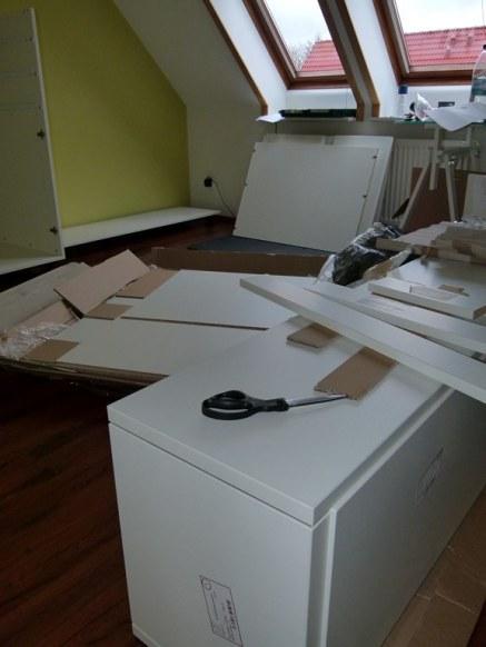Beim Aufbauen der Mögel im Atelier (c) Frank Koebsch