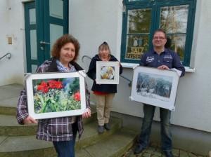 Karola Lück , Sigrid Külper und Frank Koebsch (v.l.n.r.) mit Motiven der Ausstellung – Frühling im Land