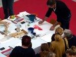 Frank Koebsch zaubert mit Aquarellfarben Mohnblüten auf ein großes Blatt (1)