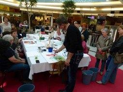 Frank Koebsch zaubert mit Aquarellfarben Mohnblüten auf ein großes Blatt (2)