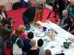 Frank Koebsch zaubert mit Aquarellfarben Mohnblüten auf ein großes Blatt (3)