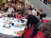 Frank Koebsch zaubert mit Aquarellfarben Mohnblüten auf ein großes Blatt (4)