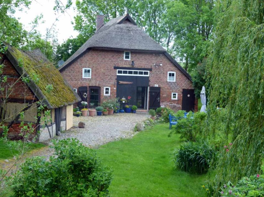 Einladend der Garten der kleinen Räucherei in Middelhagen (c) Frank Koebsch