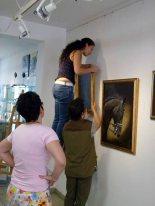 Beim Hängen der Bilder in der Ausstellung Faszination Gakopper (c) Frank Koebsch (1)